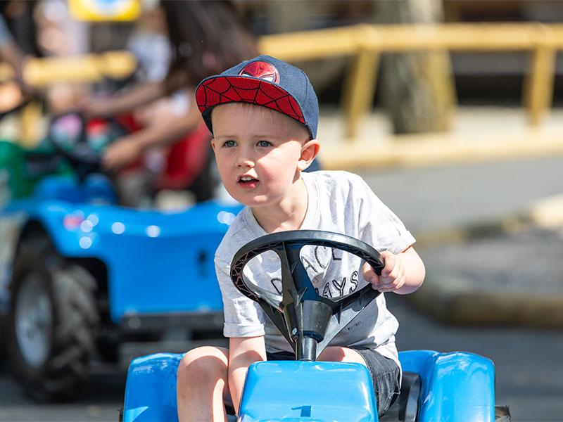 Barn kör traktor